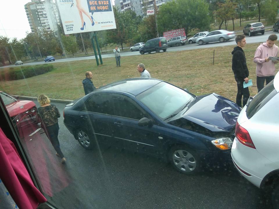 В Запорожье около «Ашана» произошло тройное ДТП - ФОТО, ВИДЕО