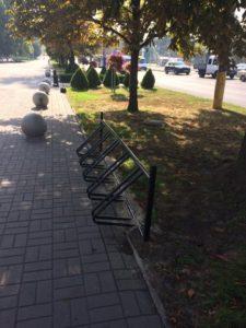 В Запорожье возле мэрии появилась новая велопарковка - ФОТО
