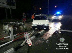 В Запорожье пьяный водитель снесдорожные знаки и шлагбаум – ФОТО