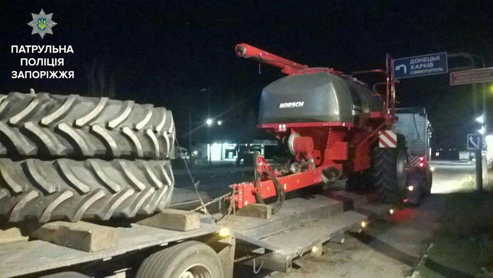 Запорожские полицейские остановили грузовик за перевозку за негабаритного груза - ФОТО