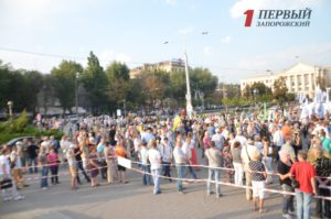 Сотни фанатов Саакашвили собрались на площади перед ДСС в Запорожье - ФОТО