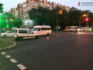 В Запорожье около торгового центра произошла авария с маршруткой - ФОТО