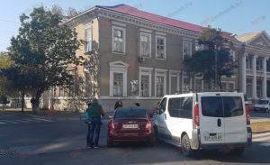 На запорожском курорте не разминулись микроавтобус и легковушка - ФОТО