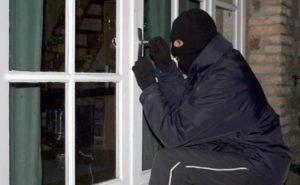 Пока мужчина был на заработках, к нему домой наведался грабитель