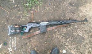 В Запорожье вооруженный мужчина решил попугать воришек - ФОТО