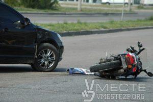 В Запорожье мотоцикл врезался в легковушку - ФОТО