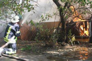 В Коммунарском районе Запорожья горит жилой дом - ФОТО
