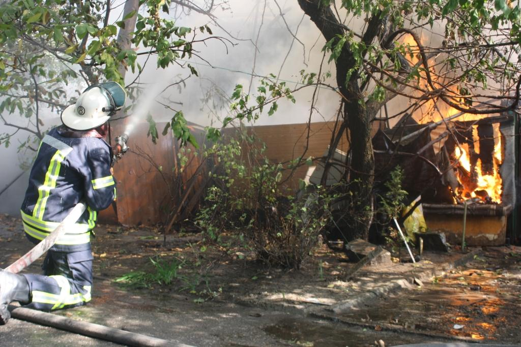 ВКоммунарском районе Запорожья разгорелся мощный пожар натерритории частного дома