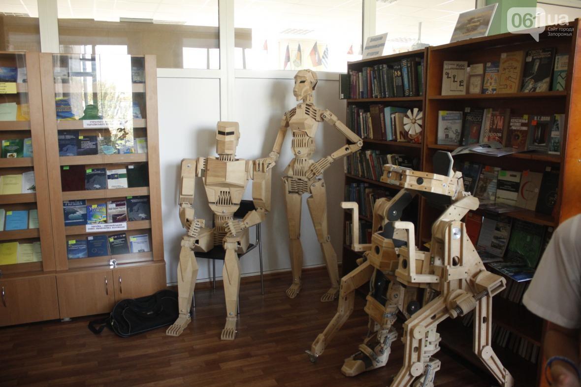 В Запорожье открылась уникальная выставка деревянных роботов запорожского конструктора – ФОТО