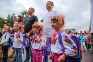 Запорожские школьники получили бесплатно новые портфели и школьные принадлежности