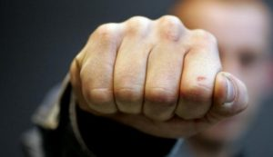 В Запорожье на центральном проспекте средь бела дня жестоко избили и ограбили мужчину - ФОТО