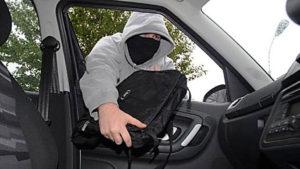 В Запорожье вор разбил стекло и украл из авто сумку с документами