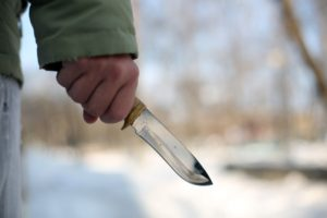 В Запорожье злоумышленники, угрожая ножом, ограбили студентов на трамвайной остановке