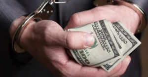 В Запорожье задержали полицейского при получении 3,5 тысячи долларов взятки - ФОТО