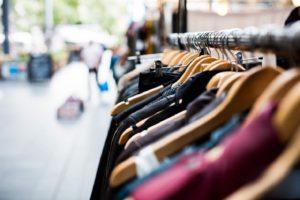 В Запорожье мужчина украл из магазина демисезонную куртку и хотел «прикарманить» другую одежду, но его заметила охрана – ФОТО