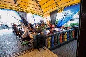 В Запорожье инспекция по благоустройству демонтирует летнее кафе - ФОТО