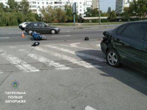 В Запорожье на Набережной произошло ДТП: Seat столкнулся с мотоциклом - ФОТО