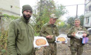 Запорожские волонтеры передали на передовую для бойцов ВСУ одежду, продукты и теплые вещи - ФОТО