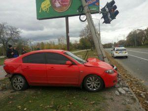 В Запорожье автомобиль Mazda врезался в светофор – ФОТО