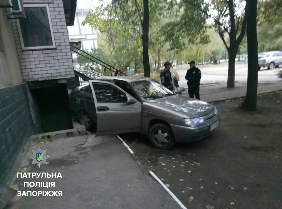 В Запорожье легковушка влетела в жилой дом - ФОТО
