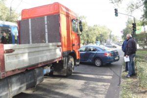 В Запорожье грузовик врезался в легковушку - ФОТО