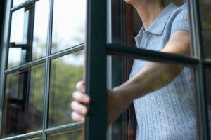 В Запорожье женщина случайно выпала из окна многоэтажки