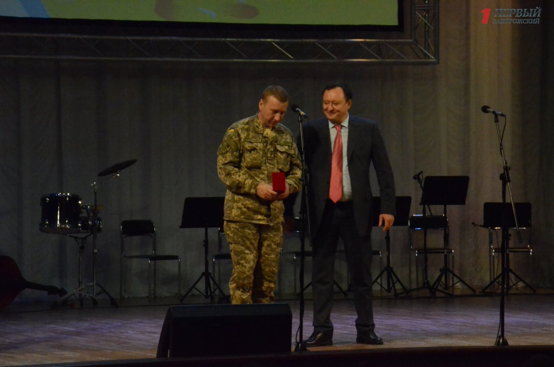 В Запорожье поздравили и наградили защитников Украины - ФОТО