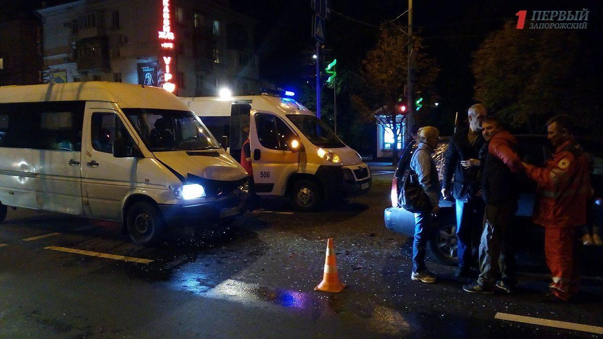 В Запорожье произошло тройное ДТП с участием маршрутки – ФОТО, ВИДЕО