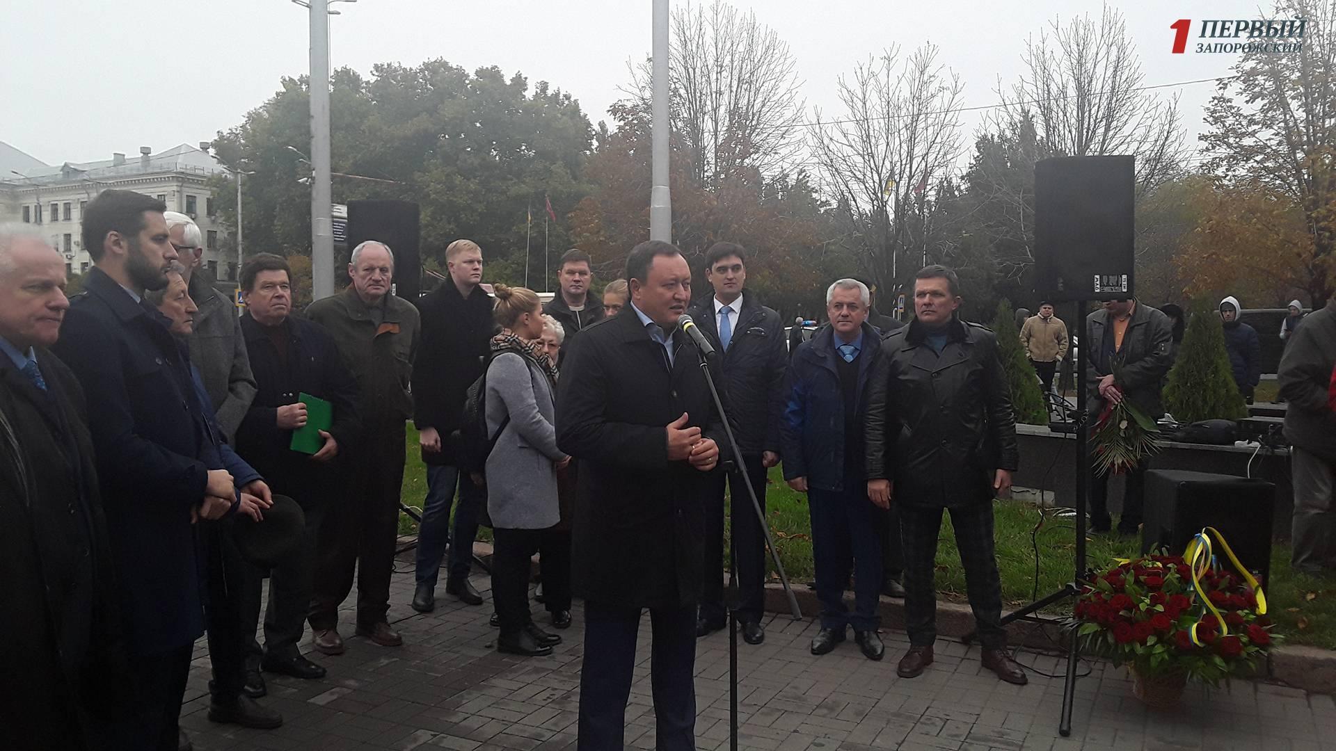 Вцентре Запорожья установили монумент Леониду Жаботинскому