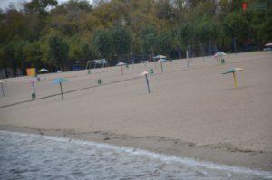 Незаконный понтон, летние кафе, мусор и реконструкция дороги: что происходит на Центральном пляже - ФОТО