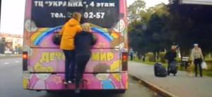 В Запорожье полицейские задержали школьников, которые практиковали опасные «забавы» на общественном транспорте - ВИДЕО