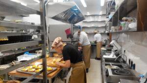 В Запорожье помощник повара в кафе украла телефон у официанта – ФОТО