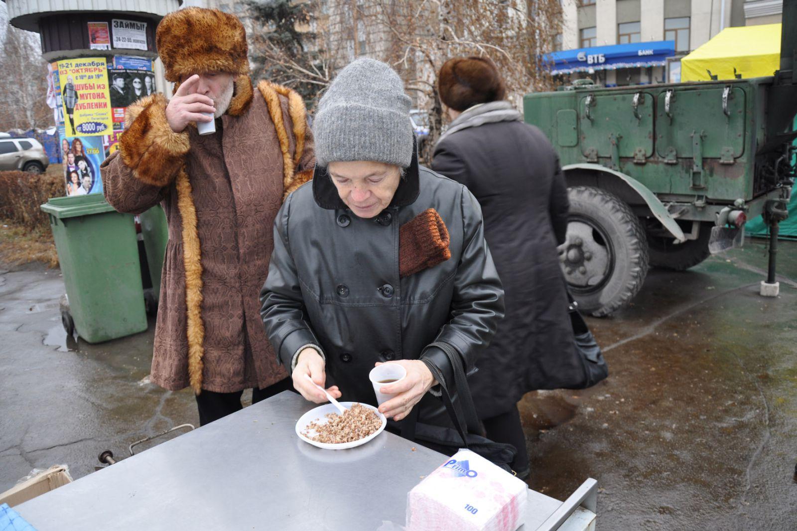 В Запорожье люди едва не подрались из-за порции бесплатной каши в ходе торжеств к юбилею «Мотор Сичи»