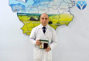 Заведующий отделением микрохирургии ЛОР-органов Запорожской облбольницы получил заслуженную награду