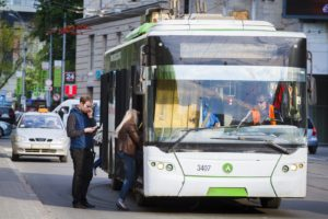 В Запорожье мужчина избил и отобрал банковскую карту у водителя троллейбуса