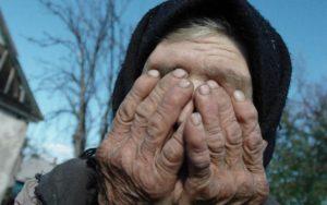 В Запорожской области двое злоумышленников поглумились над 83-летней пенсионеркой