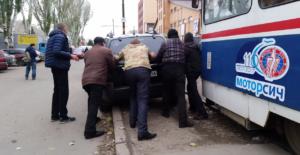 Водитель припарковал авто так, что заблокировал движение трамваев - ВИДЕО
