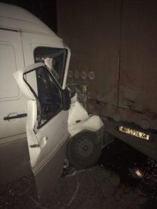 В Хортицком районе Запорожья микроавтобус влетел в припаркованную фуру - ФОТО