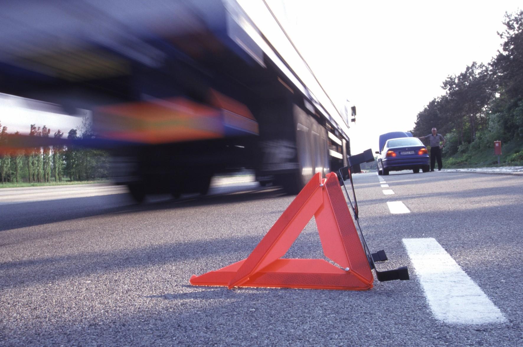 Под Запорожьем грузовик столкнулся с легковым автомобилем: погиб капитан полиции – ФОТО