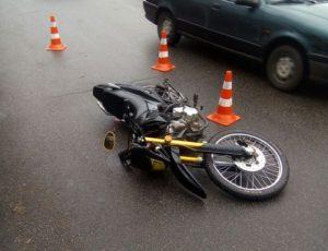 В одному з районів Запоріжжя легковик збив мотоцикліста - ФОТО