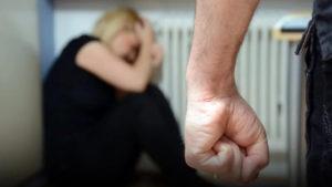 В Запорожье мужчина жестоко избил мать и оставил ее умирать около входной двери