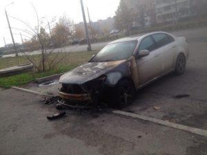 В спальном районе Запорожья ночью сгорел автомобиль - ФОТО