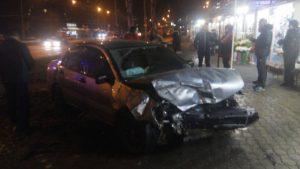 В Запорожье столкнулись две легковушки: от удара один из автомобилей  едва не «влетел» в киоск - ФОТО