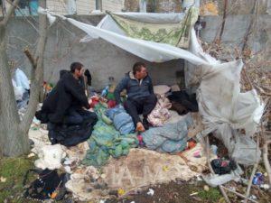 В Запорожье люди без определенного места жительства ютятся в палатках около больницы – ВИДЕО