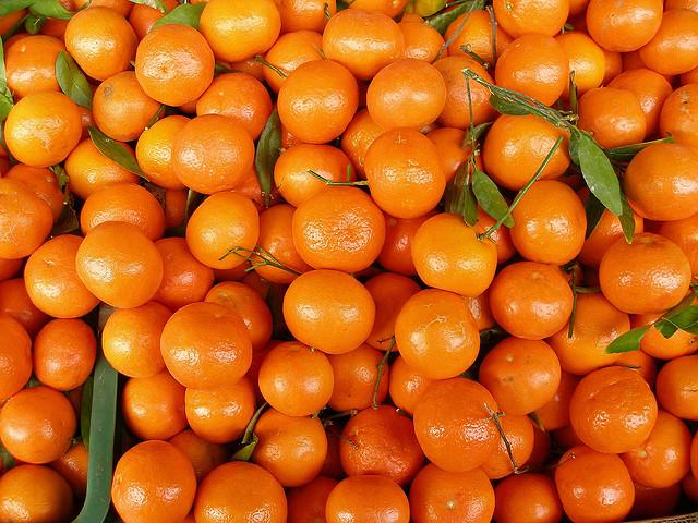 В Запорожье 21-летний парень расплатился за мандарины сувенирной купюрой - ФОТО