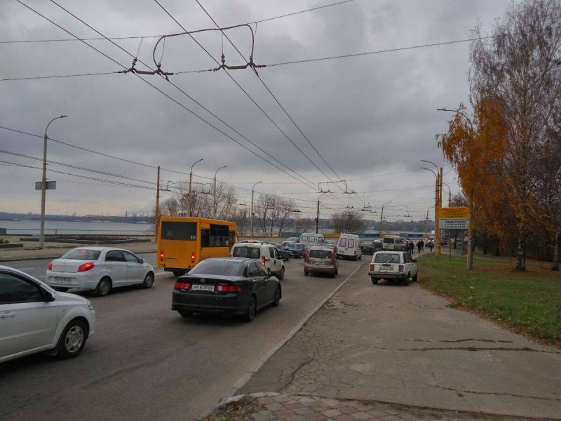 На плотине ДнепроГЭСа из-за ДТП образовалась пробка - ФОТО