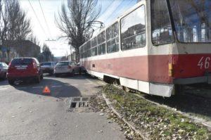 В Запорожье иномарка врезалась в трамвай - ФОТО