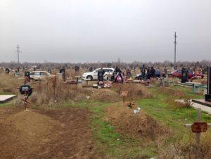 В Запорожской области девушки воровали с кладбища цветы - ФОТО