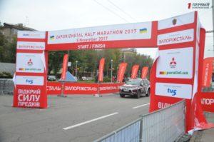 В Запорожье полным ходом монтируют марафонский городок - ФОТО