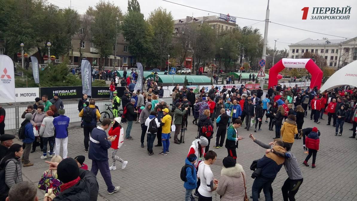 В Запорожье с самого утра сотни любителей бега собрались на бульваре Шевченко, чтобы принять участие в полумарафоне - ФОТО